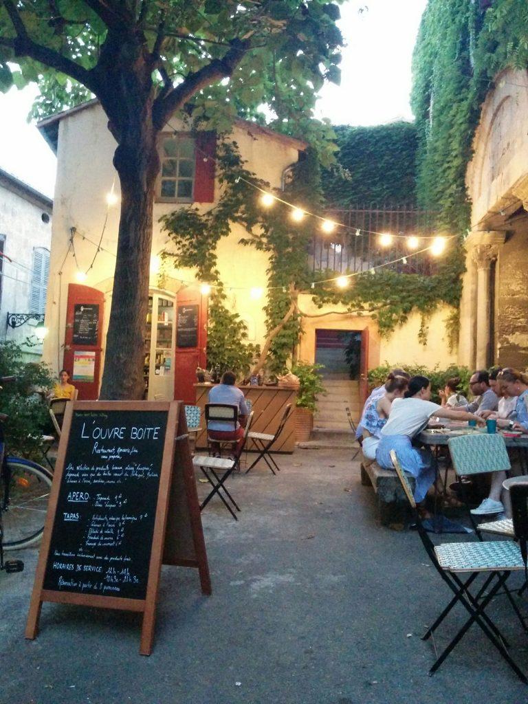 Arles louvreboite terrasse jour