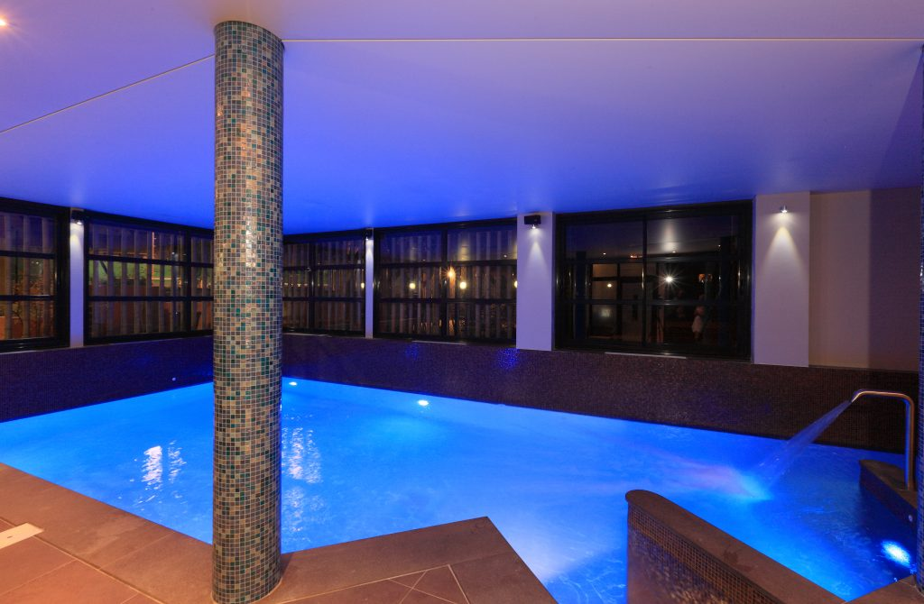 La piscine intérieure chauffée du Spa Le Nid d'O au Club 7